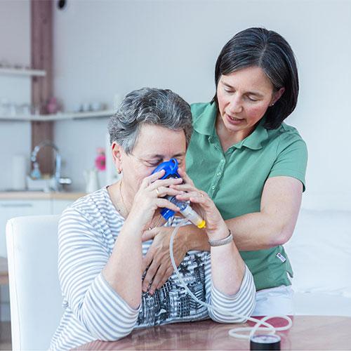 Übungen der Atemphysiotherapie helfen bei chronischen Erkrankungen wie COPD oder Asthma bronchiale.