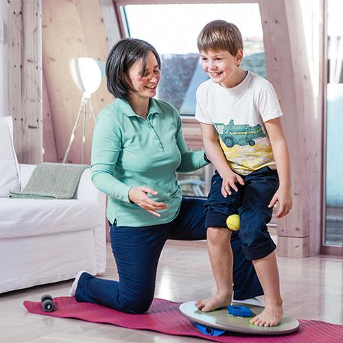Bewegungstherapie oder Heilgymnastik unterstützt die  Schmerzlinderung, fördert und verbessert die Beweglichkeit, Kraft, Ausdauer, Koordination und Kreislauffunktionen.